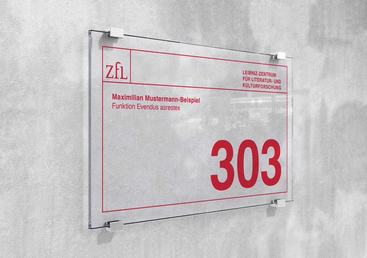 ZfL Leibniz Zentrum fuer Literatur- und Kulturforschung Corporate Design transparentes Tuerschild aus Glas an Betonwand
