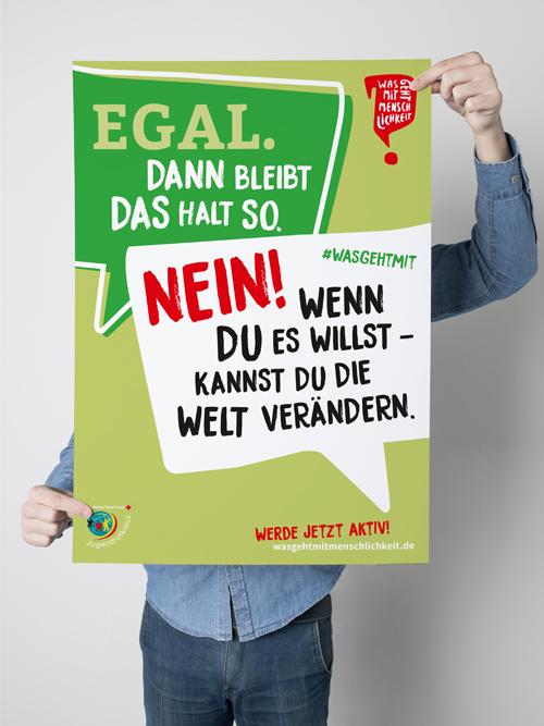 Jugendrotkreuz Was geht mit Menschlichkeit? Kampagne Junge haelt gruenes Poster mit Sprechblasen vor sich