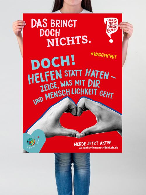 Jugendrotkreuz Was geht mit Menschlichkeit? Kampagne Maedchen haelt rotes Poster mit Text vor sich