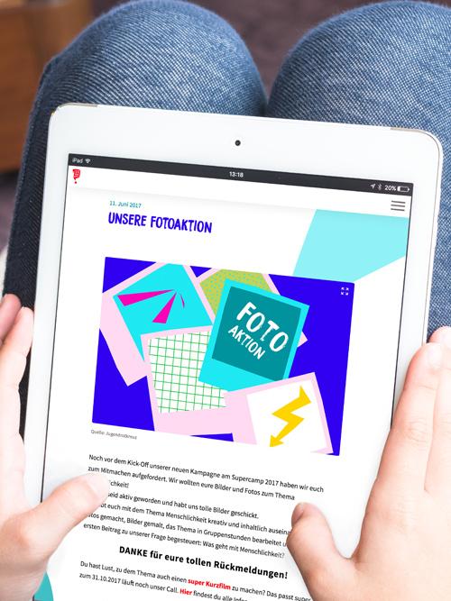 Jugendrotkreuz Was geht mit Menschlichkeit? Kampagne Maedchen bedient Website auf dem iPad Fotoaktion