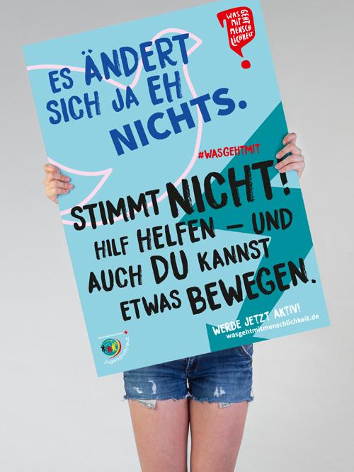 Jugendrotkreuz Was geht mit Menschlichkeit? Kampagne Maedchen haelt blaues Poster mit Text vor sich