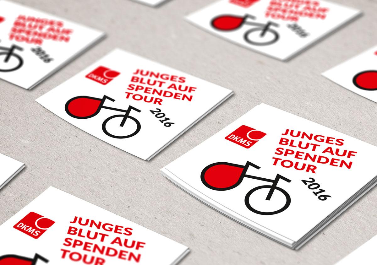 jungesblut spenden dkms gesamtschule kamen corporatedesign weisse Sticker im Stapel auf Tisch Junges Blut Spenden auf Tour 2016 Fahrrad im Logo