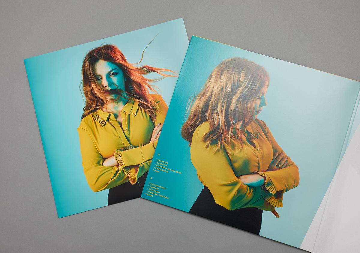 Aufgeklappter Innenteil der Vinyl auf grauem Untergrund Pop Portraits Album grosse liebe Innersleeve