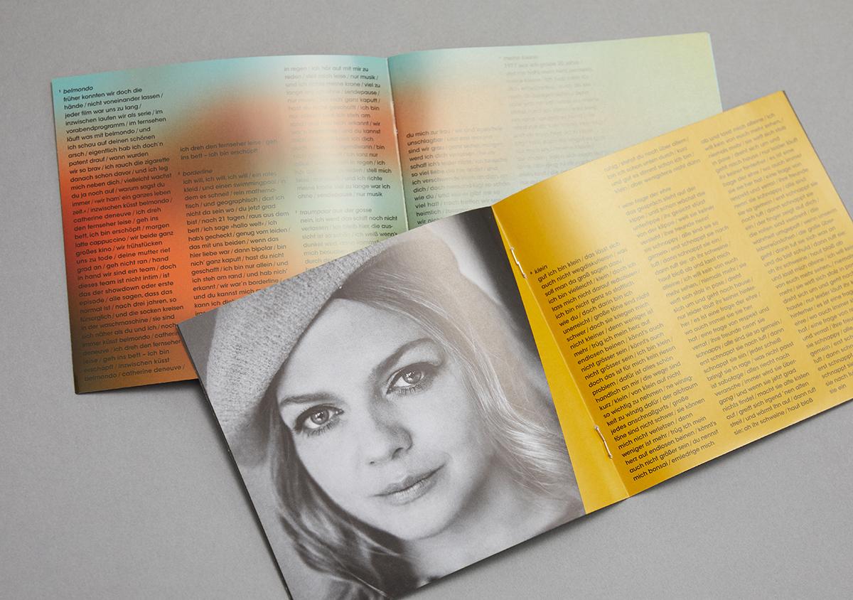 zwei booklets aufgeklappt auf grauem Untergrund Portraits mit gelber schraege und schwarzem Songtext farbiger Hintergrund