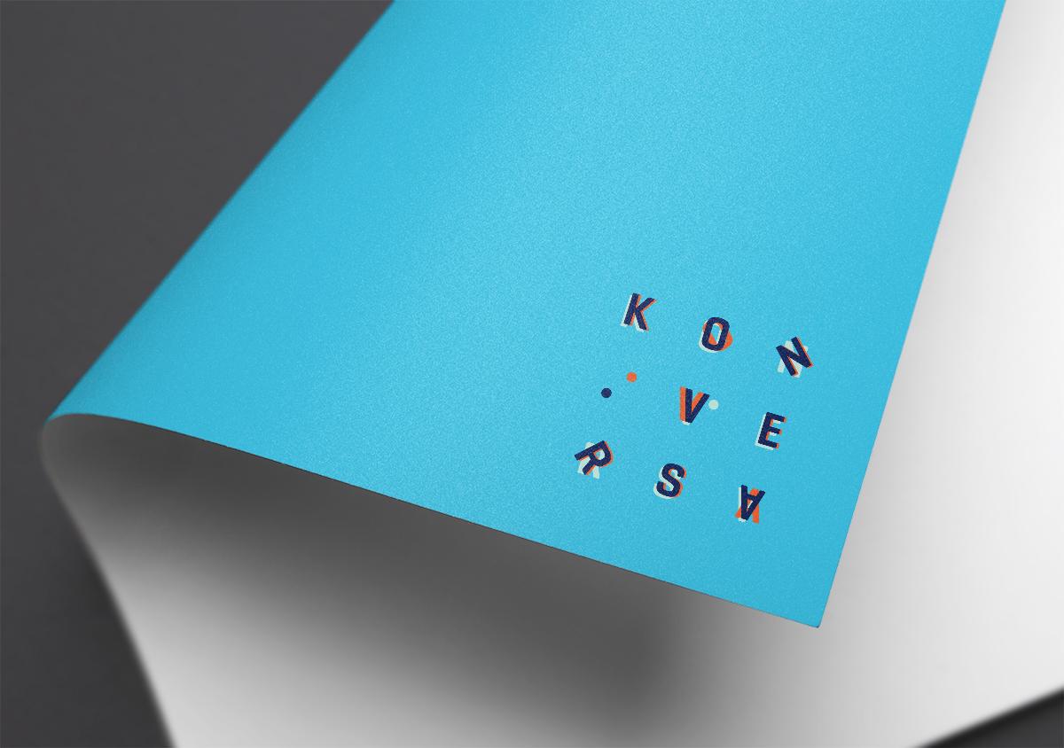 konversa gebaerdensprache dolmetscherin corporatedesign umgeklappte Papierecke weisses Papier mit blauer Rueckseite Cyan Detail papierecke mit Logo