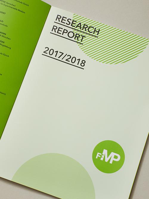FMP Forschungsbericht 2017/2018 aufgeschlagen auf grauem Untergrund Detailansicht der Seite 1 Schmutztitel angeschnitten gedreht