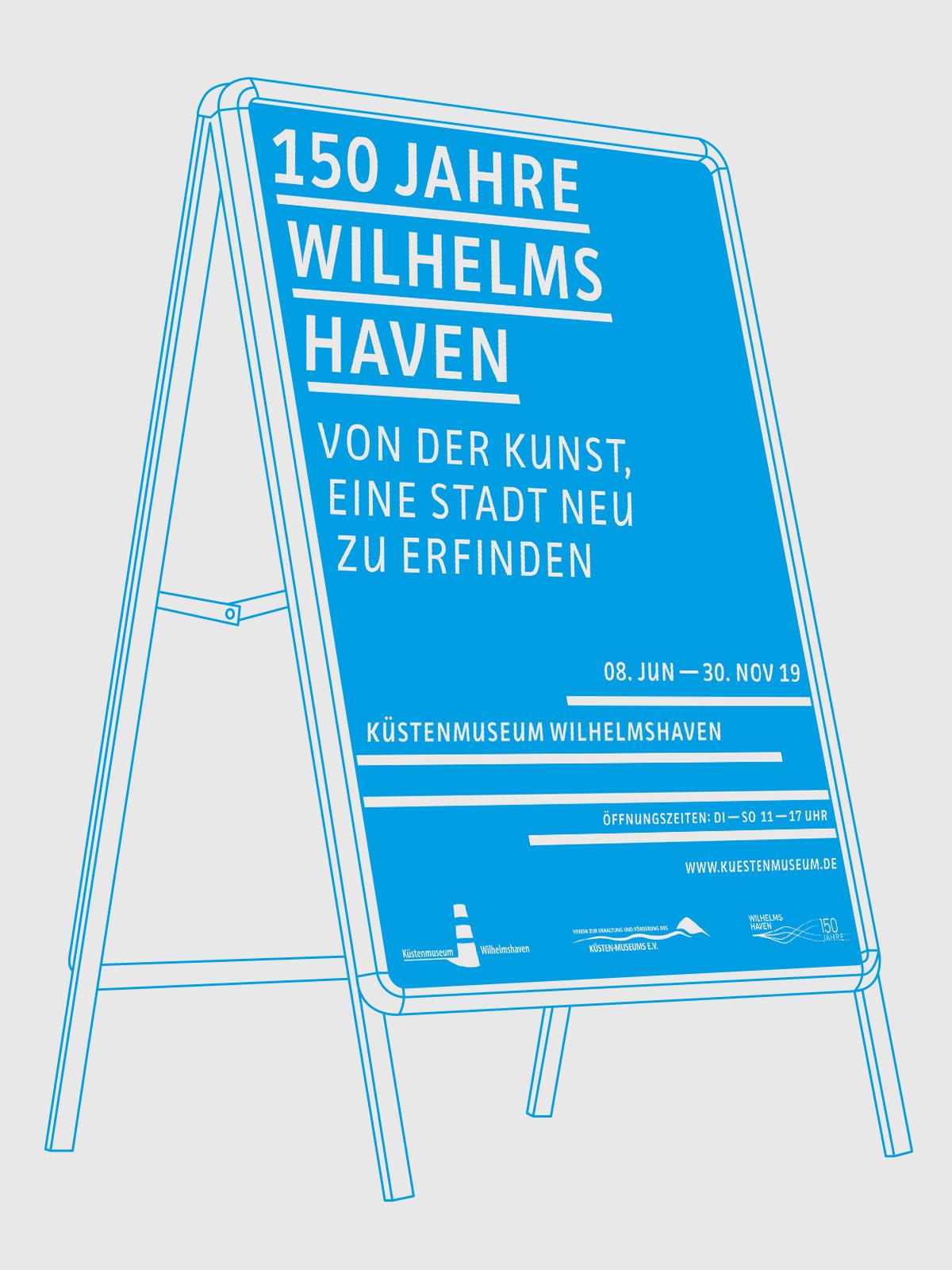 Küstenmuseum Wilhelmshaven Sonderausstellung 150 Jahre Wilhelmshaven Blaues Ausstellungsplakat mit weißer Schrift skizzierter Plakataufsteller blaue Linien auf hellgrauem Grund
