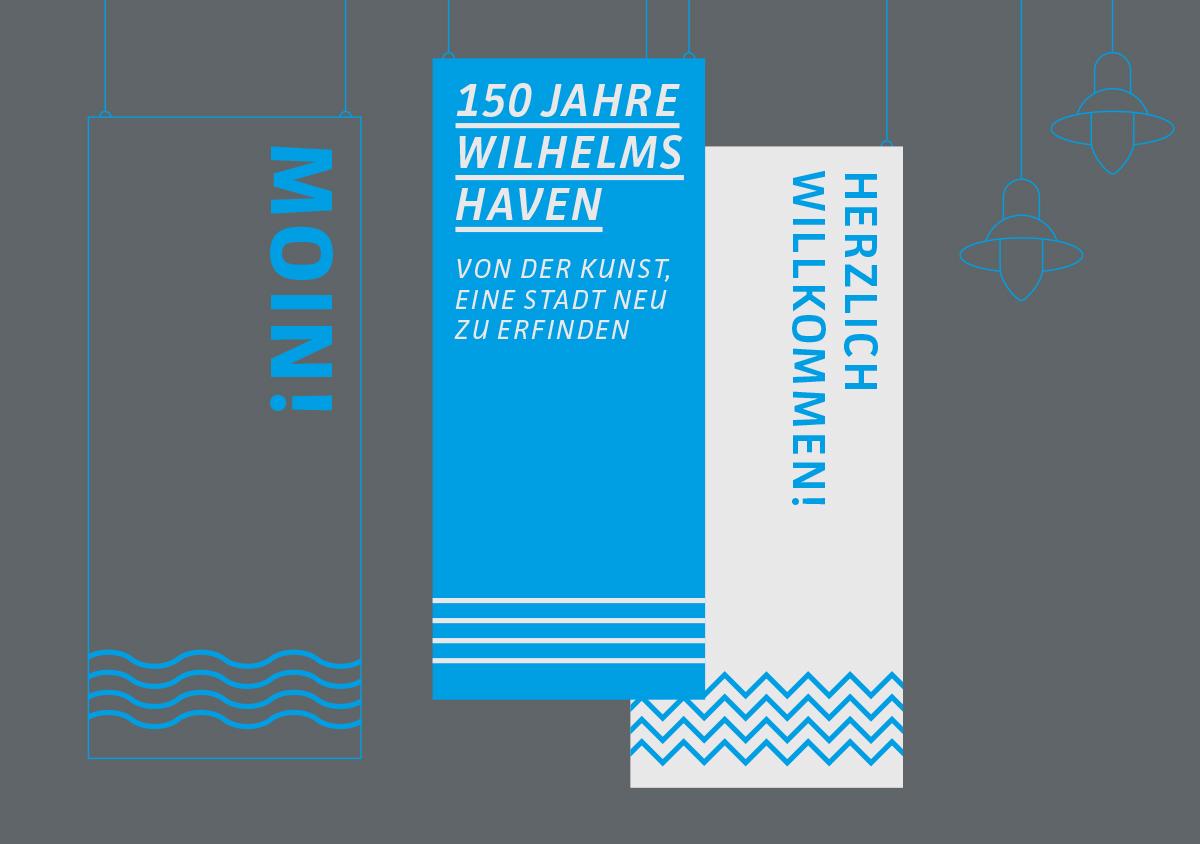 Küstenmuseum Wilhelmshaven Sonderausstellung 150 Jahre Wilhelmshaven skizzierte Ausstellungsbanner und Lampen mit blauen Linien vor dunkelgrauem Hintergrund drei Banner von der Decke hängend in blau, grau und weiß mit Typografie und grafischen Elementen